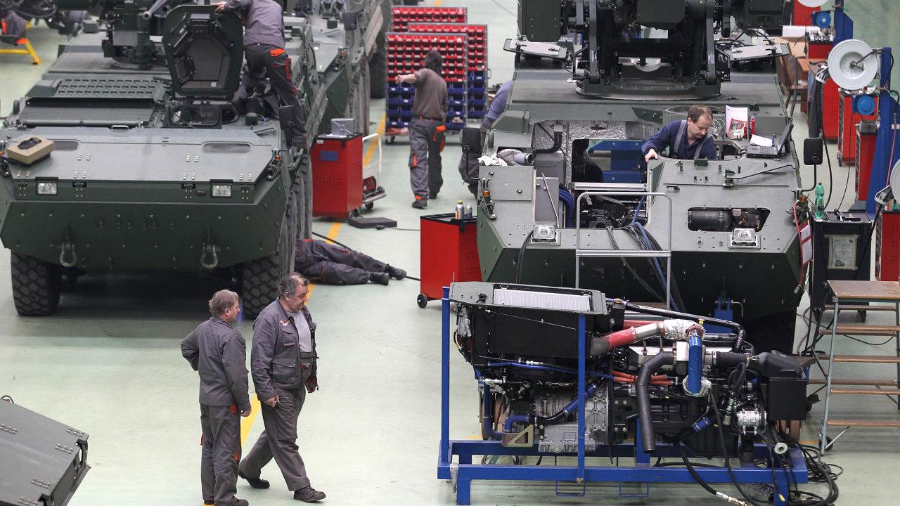 Samo ministerstvo obrany iarmáda uvádějí, že současné množství vozidel nezpůsobilých provozu je způsobeno také dlouhodobým nedostatkem peněz, které měly přijít odstátu najejich opravu.