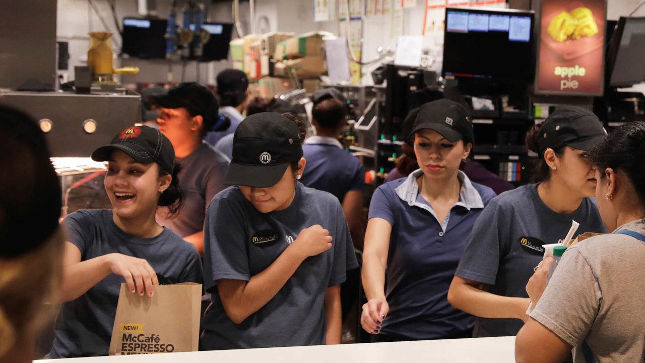 Harašení mezi burgery. McDonald'svposledních letech kritizují někteří američtí zaměstnanci, protože prý málo bojuje proti sexuálnímu obtěžování napracovišti.