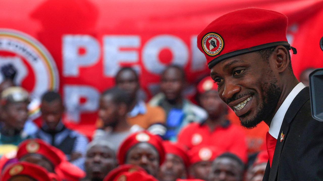 Opozičního politika Bobiho Winea autoritářský režim v Ugandě obvinil poté, co se mu vlámal do mobilního telefonu - s pomocí nástrojů od čínského koncernu Huawei.