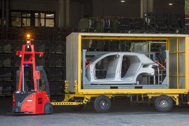 Automobilka Seat nasadila na venkovní přepravy po areálu továrny osm bezpilotních vozíků.
