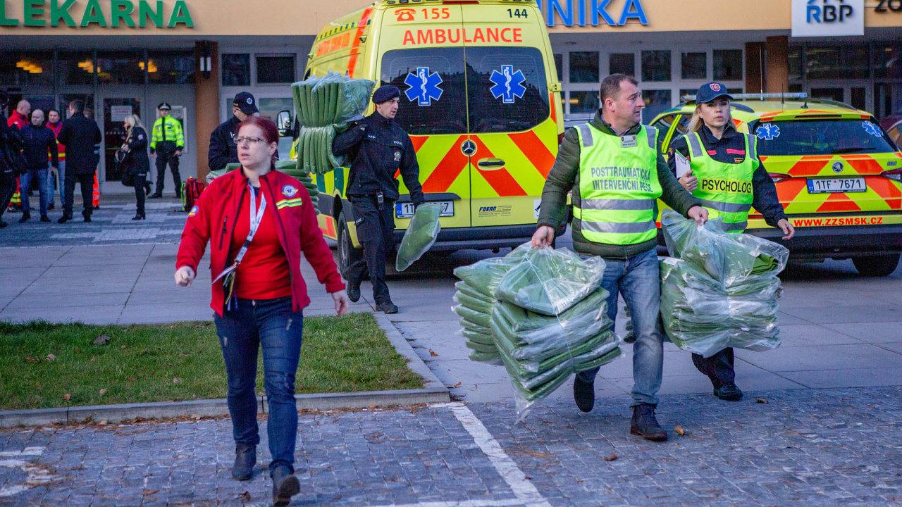 Dvaačtyřicetiletý útočník zastřelil počátkem prosince vostravské fakultní nemocnici sedm lidí adva další zranil. Když policie vypátrala vozidlo, vekterém prchal, spáchal sebevraždu.