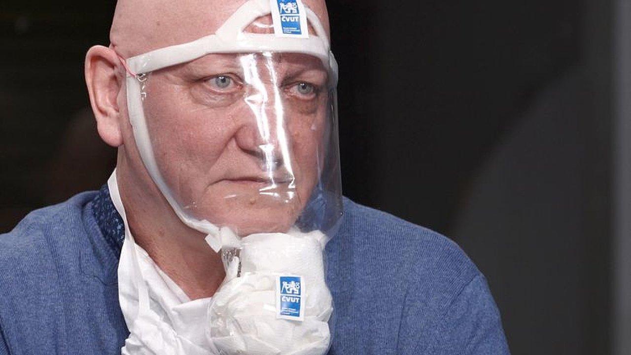 Rektor ČVUT si vyrobil masku proti koronaviru z PET lahve: Musíte chránit i oči a nosit rukavice.