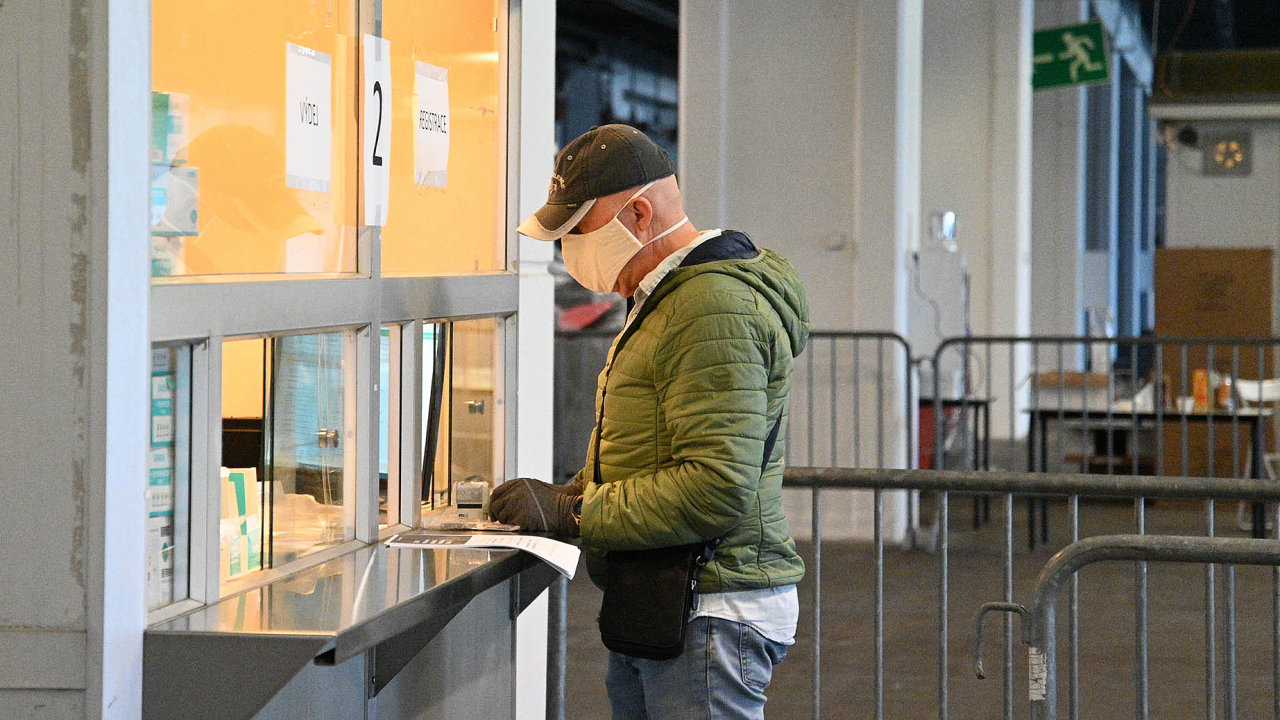 Na brněnském výstavišti začali 29. března 2020 lékaři z Brna dostávat ochranné pomůcky, které získal z centrální dodávky Jihomoravský kraj.