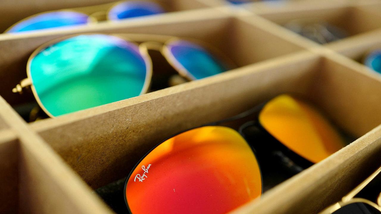 Jednou zespolečností, jež nevyplatí dividendy, je iEssilorLuxotica, výrobce brýlí, pod kterého spadají značky Ray-Ban, Oakley, Michael Kors aLensCrafters. Podnik je kotován napařížské burze.