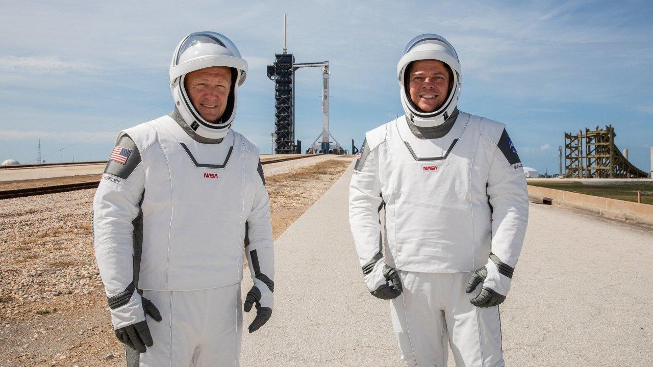 Astronauti NASA Douglas Hurley (vlevo) a Robert Behnken si poprvé vyzkoušeli kombinézy pro první komerční let člověka do vesmíru.