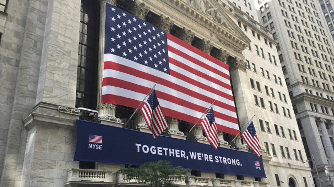 Společně jsme silní. Výzdoba budovy burzy na Wall Street ukazuje, že koronavirus je i ve světě financí tématem číslo jedna. Právě zisky z obchodování na burzách nyní drží americké banky nad vodou.