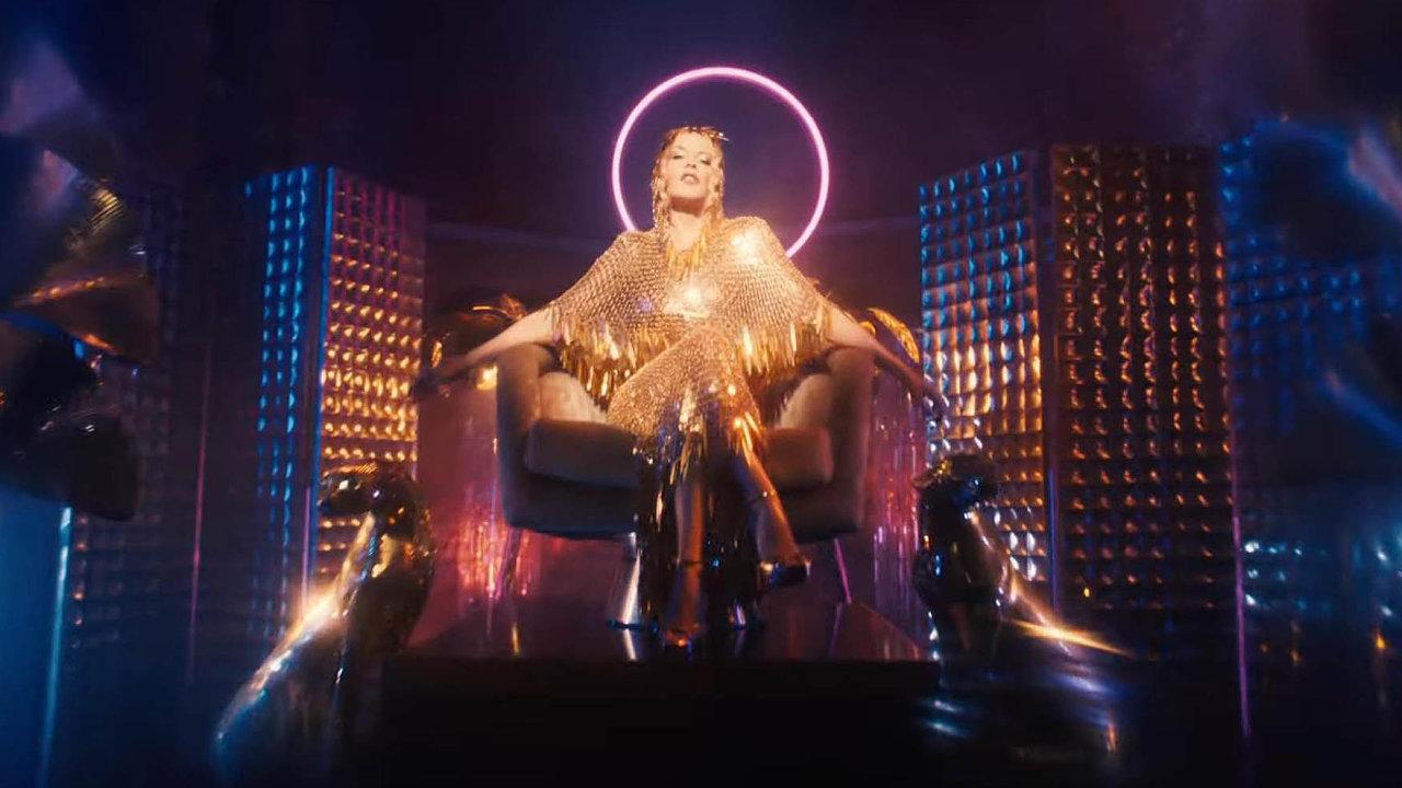 Fantazie, nostalgie, vzpomínání. Kylie Minogue v klipu k písni Magic shlíží na taneční parket ze zlatého trůnu. Posluchačům nenabízí nic nového, pouze jistotu již slyšeného.