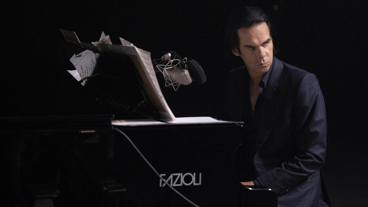 Nick Cave začal v posledních letech s fanoušky komunikovat prostřednictvím webu Red Hand Files. Také se vypravil na