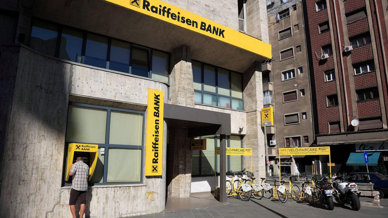 """Raiffeisenbank dočasně snižuje limit pro okamžité platby ze 400 tisíc na 100 tisíc korun, chce tak """"minimalizovat rizika ztrát"""" na účtech klientů."""