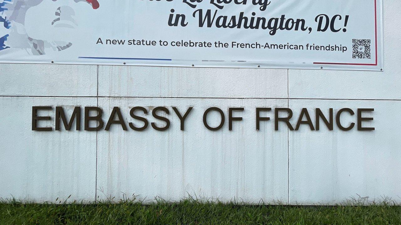 Nápis před francouzskou ambasádou ve Washingtonu v době, kdy Paříž oznámila stažení svého velvyslance z USA.