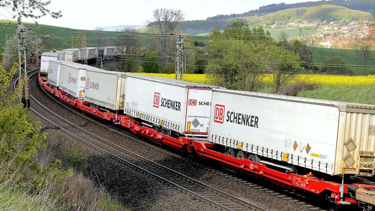 Nákladní vlak DB Schenker.