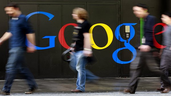 Lid� proch�z� okolo budovy Googlu ve �v�carsk�m Curychu.
