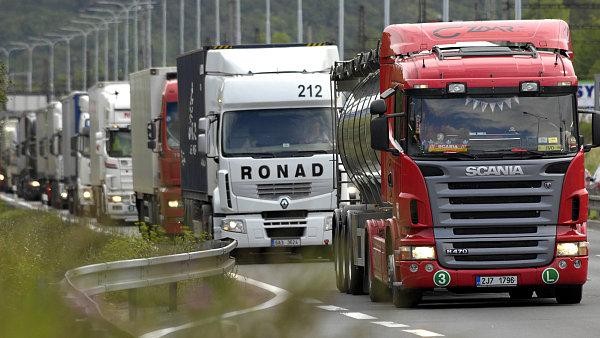 Část dopravců kvůli nízkým cenám nafty zlevňuje - Ilustrační foto.