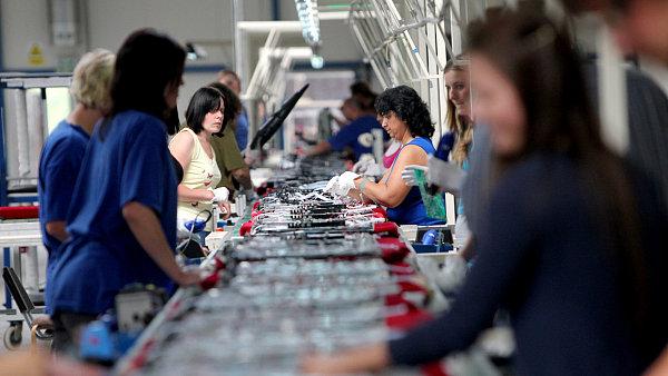 Dělnice u pásu - ilustrační foto