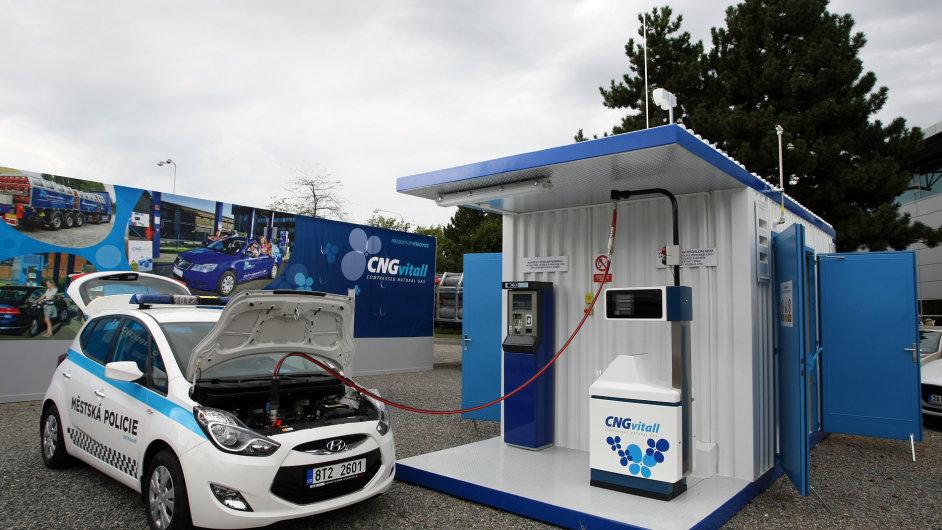 Vůz ostravské městské policie doplňuje palivo - CNG