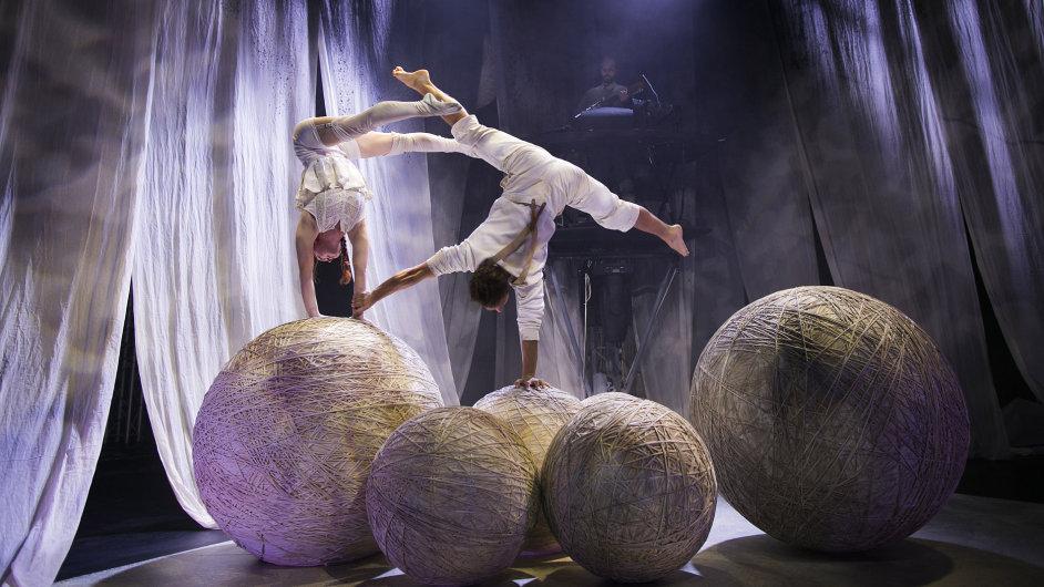Svými vlákny diváky Letní Letné opřede Knitting Peace, nejnovější představení slavného švédského souboru Cirkus Cirkör.