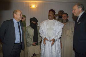 Nigerský prezident (uprostřed) a francouzskými ministry zahraničí (vpravo) a obrany (vlevo) a propuštění rukojmí