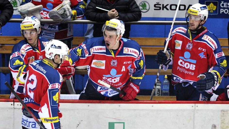 Lavička Pardubic v derby s Hradcem Králové. Petr Sýkora (uprostřed) oslavuje gól