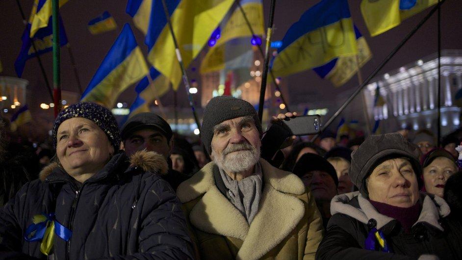 Demonstranti na náměstí Nezávislosti v Kyjevě.