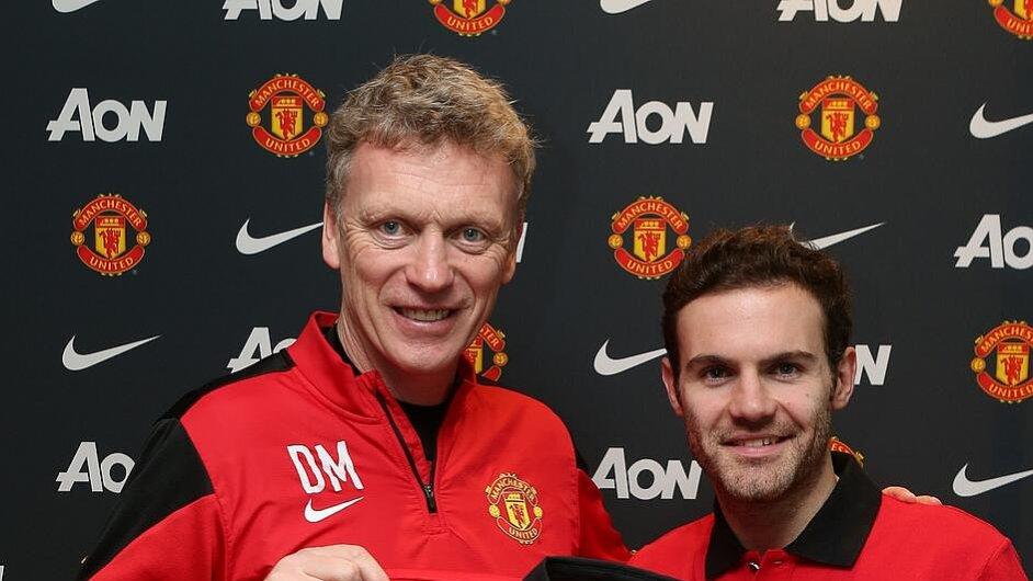 Manažer United David Moyes (vlevo) a Juan Mata