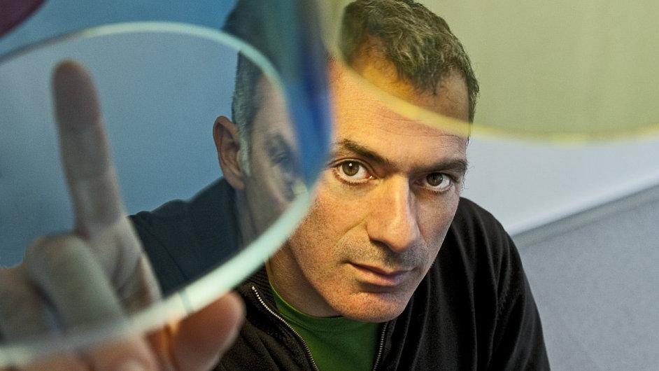Arik Levy s lustrem, který vytvořil pro Lasvit.