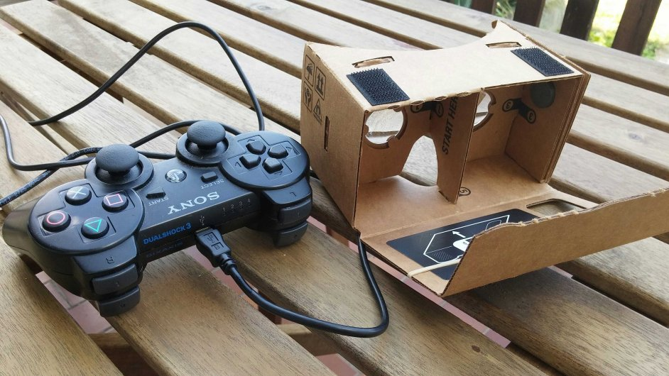 Google Cardboard s herním ovladačem Sony DualShock 3