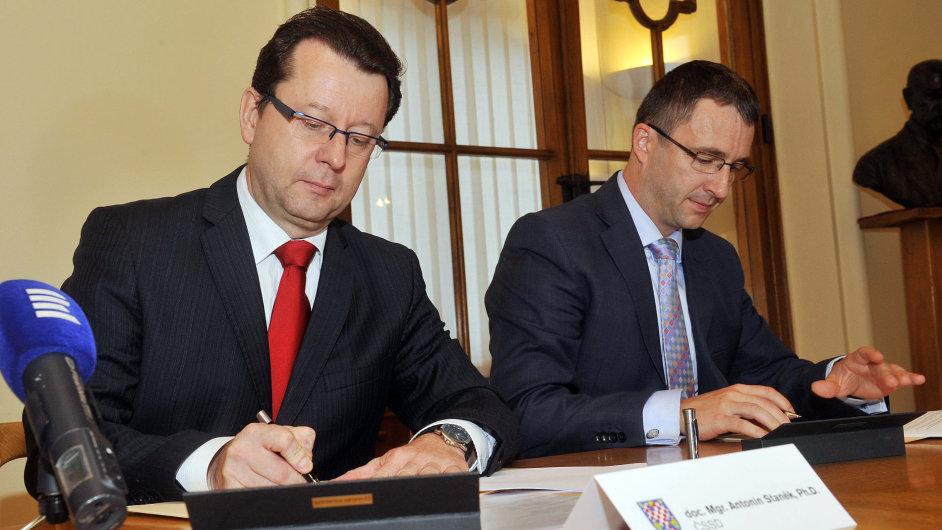 Nový primátor Antonín Staněk (ČSSD) a jeho náměstek Aleš Jakubec z TOP 09 (vpravo).