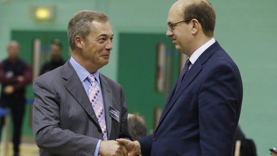 Předseda Strany pro nezávislost Spojeného království Nigel Farage gratuluje nově zvolenému poslanci Marku Recklessovi.