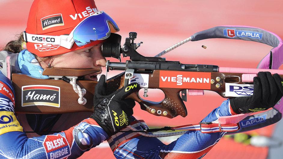 Kombinézy a pušky českých biatlonistů jsou reklam plné, tak jako vybavení Veroniky Vítkové, třetí z víkendového sprintu Světového poháru.