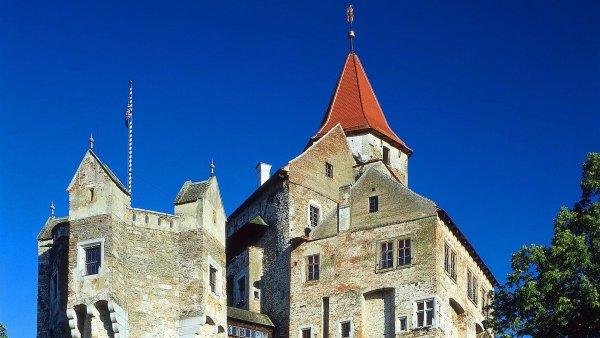 P�ed deseti lety poni�il po��r gotick� hrad Pern�tejn