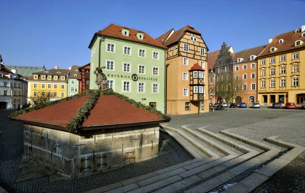 Cheb se stal Historickým městem roku 2014. Na fotce náměstí Krále Jiřího z Poděbrad: vzadu měšťanský dům Špalíček a v popředí vlevo zakrytá kašna s Herkulem.