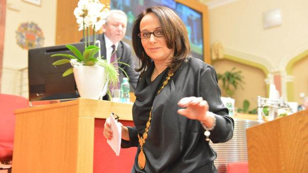 Adriana Krnáčová ustála pokus o odvolání. Koalici se ale zatím moc nedaří.