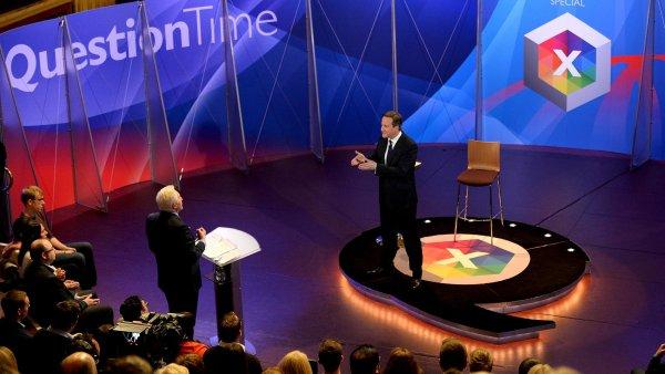 Předvolební debata s diváky stanice BBC. Na snímku uprostřed premiér země David Cameron.