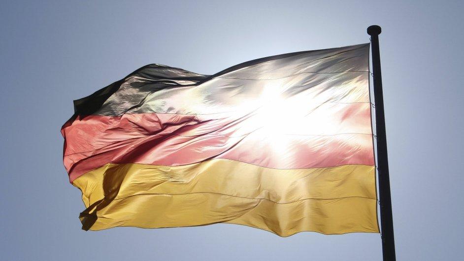 Ilustrační foto - německá vlajka prosvícená sluncem.