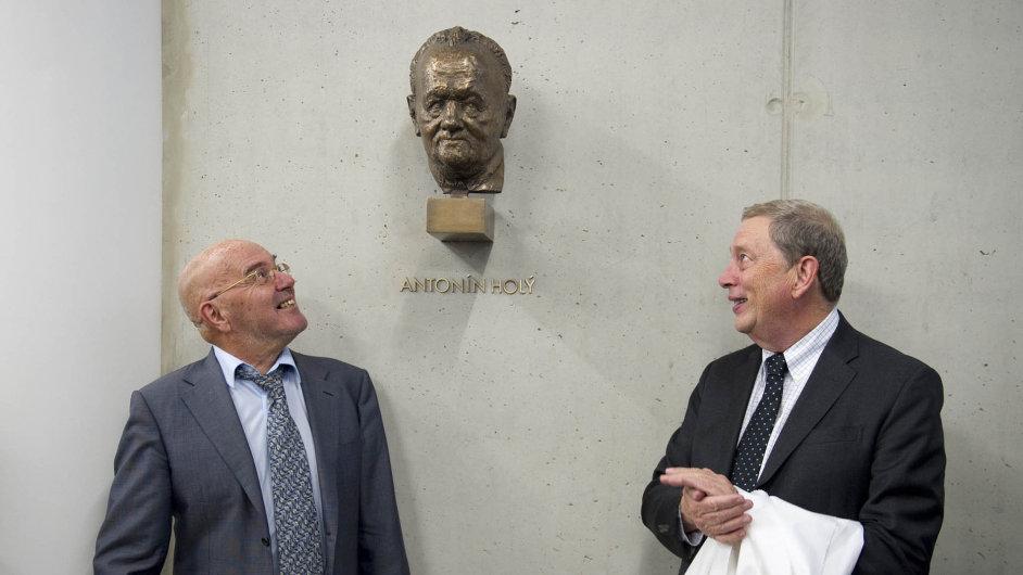 Busta Antonína Holého zdobí zrekonstruovanou budovu Ústavu organické chemie abiochemie Akademie věd.