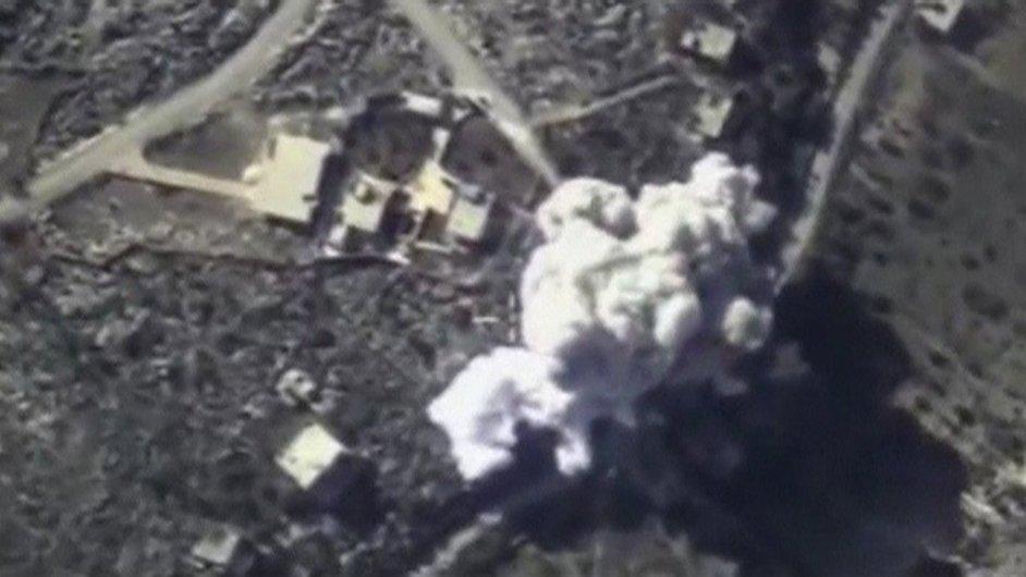Snímek, který tento týden zveřejnilo ruské ministerstvo obrany, ukazuje bombardování na neznámém místě v Sýrii.