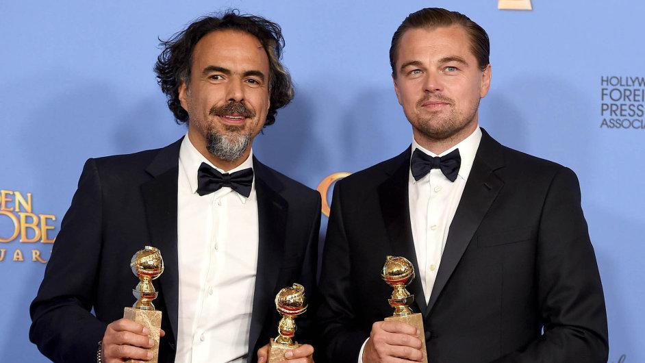 Globální úspěch: Režisér Alejandro González Inárritu (vlevo) aherec Leonardo DiCaprio se třemi Zlatými glóby, které získal film Revenant: Zmrtvýchvstání.