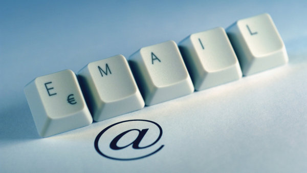 Ray Tomlinson navrhl pou��v�n� symbolu @ v e-mailov�ch adres�ch - Ilustra�n� foto.