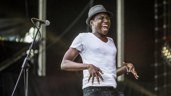 Na snímku z nedělního koncertu na Colours of Ostrava je zpěvák skupiny Songhoy Blues Aliou Touré.