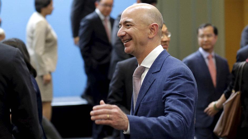 Jeff Bezos, zakladatel ašéf Amazonu, zvýšil své jmění na66,5 miliardy dolarů aje čerstvě třetím nejbohatším mužem světa, za Billem Gatesem a Amanciem Ortegou.