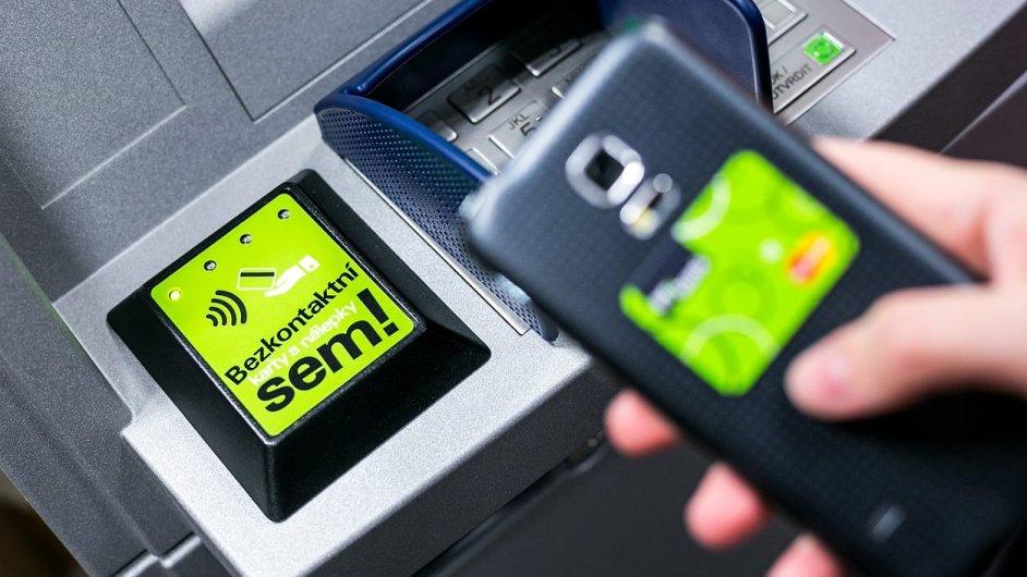 Bezkontaktní výběr z bankomatu nabízí Air Bank.