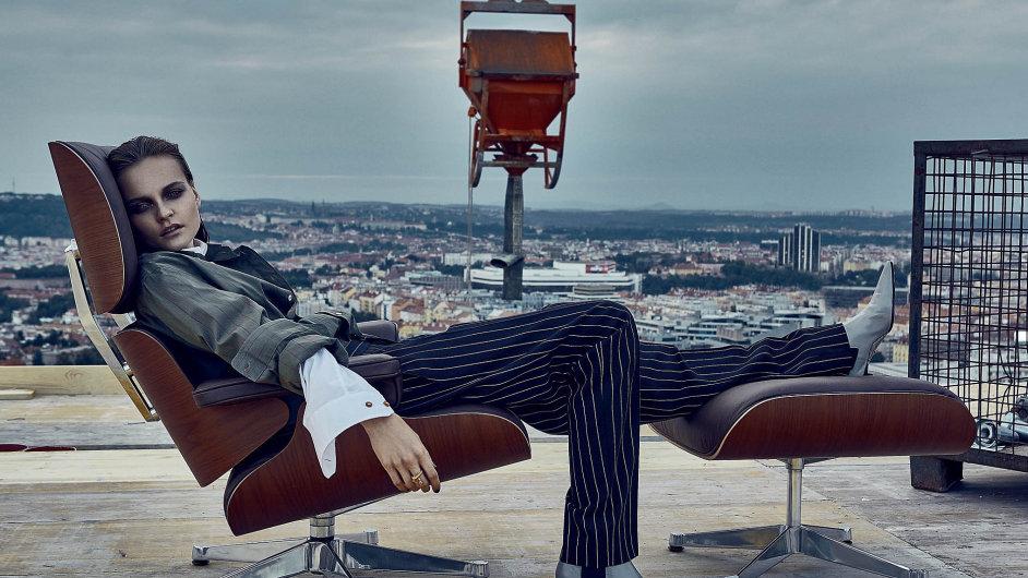 Křeslo: LOUNGE CHAIR & OTTOMAN z kolekce NEW BEAUTY VERSION, výrobce: VITRA, designer: Ray & Charles Eamesovi.
