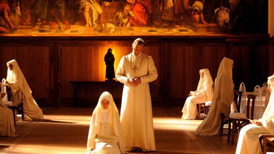Snímek ze seriálu Mladý papež