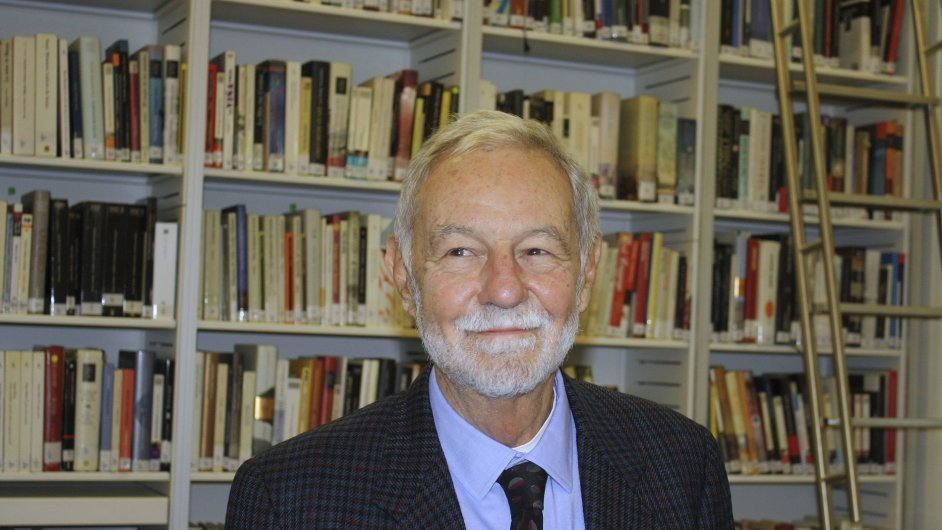 Eduardo Mendoza vloni v říjnu převzal Cenu Franze Kafky a debatoval v pražském Cervantesově institutu.