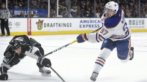 Connor McDavid (vpravo) je nejúspěšnějším hokejistou základní části NHL.