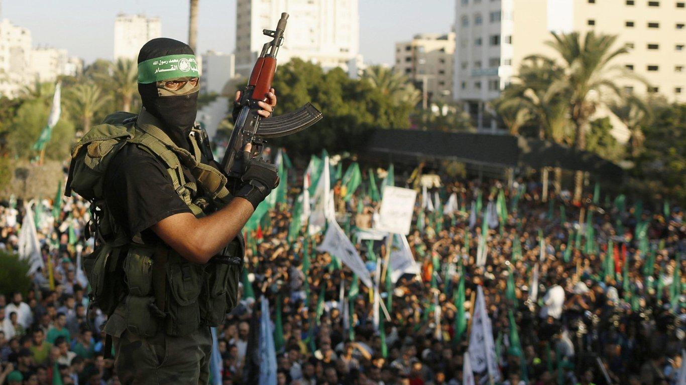 Stoupenec hnutí Hamás oslavuje v Gaze spolu s lidmi své dílčí