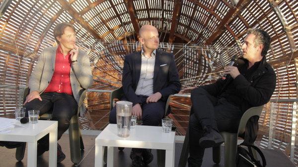 Na snímku z diskuse ve vzducholodi Doxu jsou zleva Aleš Šteger, Goce Smilevski a José Luís Peixoto.