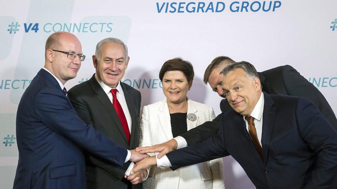 Na fotografii zleva: premiéři Sobotka, Netanjahu, premiérka Szydlová, Fico a Orbán.