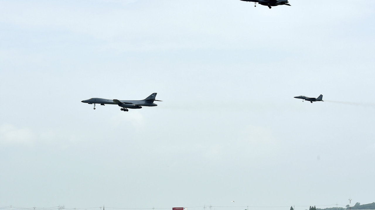 Americký bombardér B-1B přelétává společně s jihokorejskými stíhačkami F-15K leteckou základnu Osan.