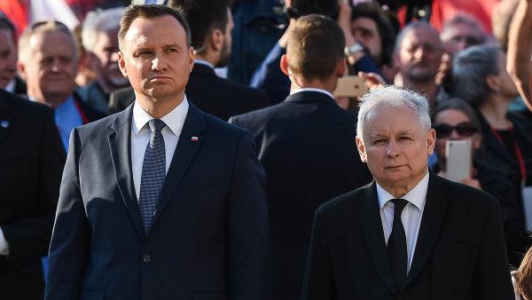 """Polský prezident Andrzej Duda (vlevo) a """"zákulisní"""" šéf vládnoucí strany Právo a spravedlnost Jaroslaw Kaczyński (vpravo)."""